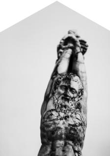 Simbolo di libertà. Marsia è un genio delle sorgenti d'acqua, secondo un mito greco è il satiro (o sileno o pastore) abile suonatore di doppio flauto che ha sfidato il dio Apollo, abile nel suonare la cetra. Il dio lo ha vinto con l'inganno, non soddisfatto della vittoria, Apollo ha scorticato Marsia e ha appeso la pelle in una grotta vicina al luogo della sfida. [statua conservata al Museo Salinas-Polo regionale di Palermo per i Parchi e Musei Archeologici]